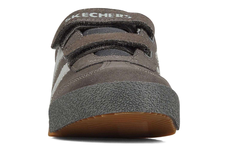 Baskets Skechers Commemorate Gris vue portées chaussures