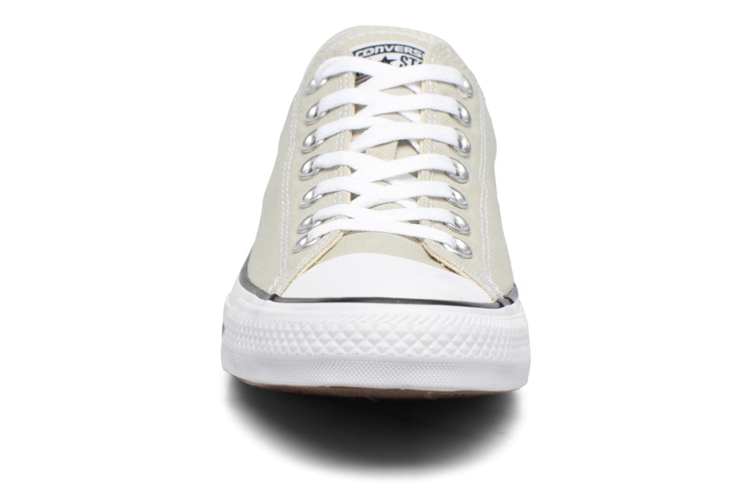 Sneakers Converse Chuck Taylor All Star Ox M Beige modello indossato
