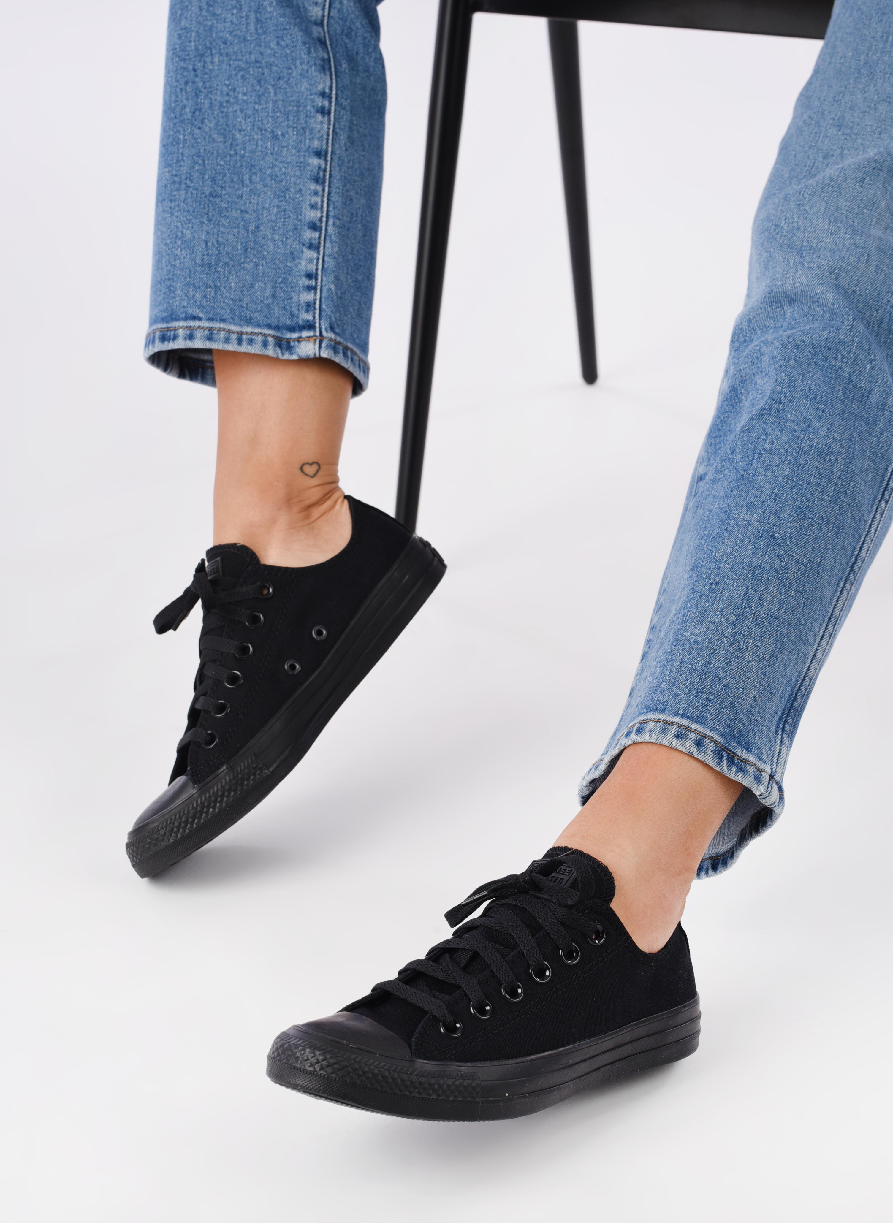 Sneaker Converse Chuck Taylor All Star Monochrome Canvas Ox W schwarz ansicht von unten / tasche getragen