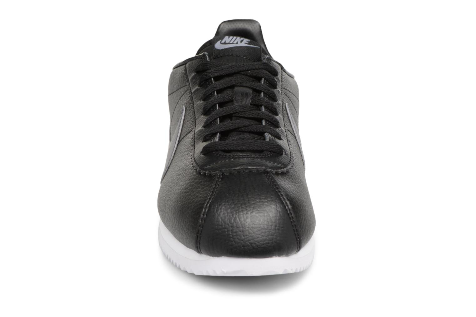 Sneakers Nike Classic Cortez Leather Nero modello indossato