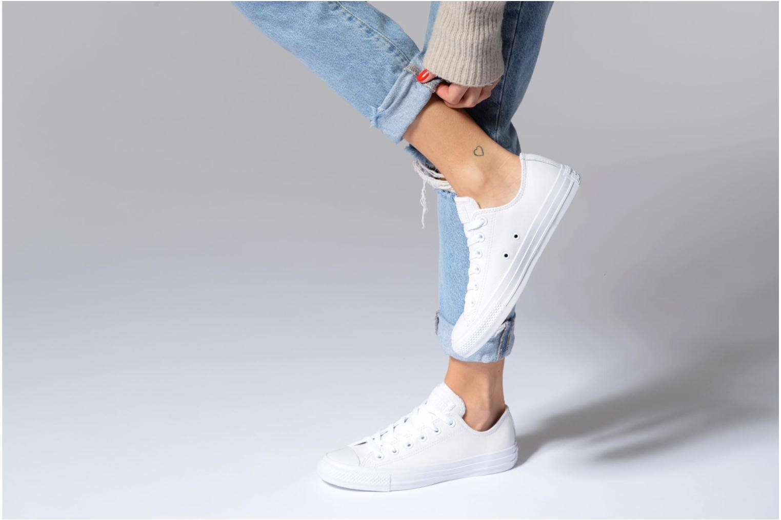 Baskets Converse Chuck Taylor All Star Monochrome Leather Ox W Blanc vue bas / vue portée sac