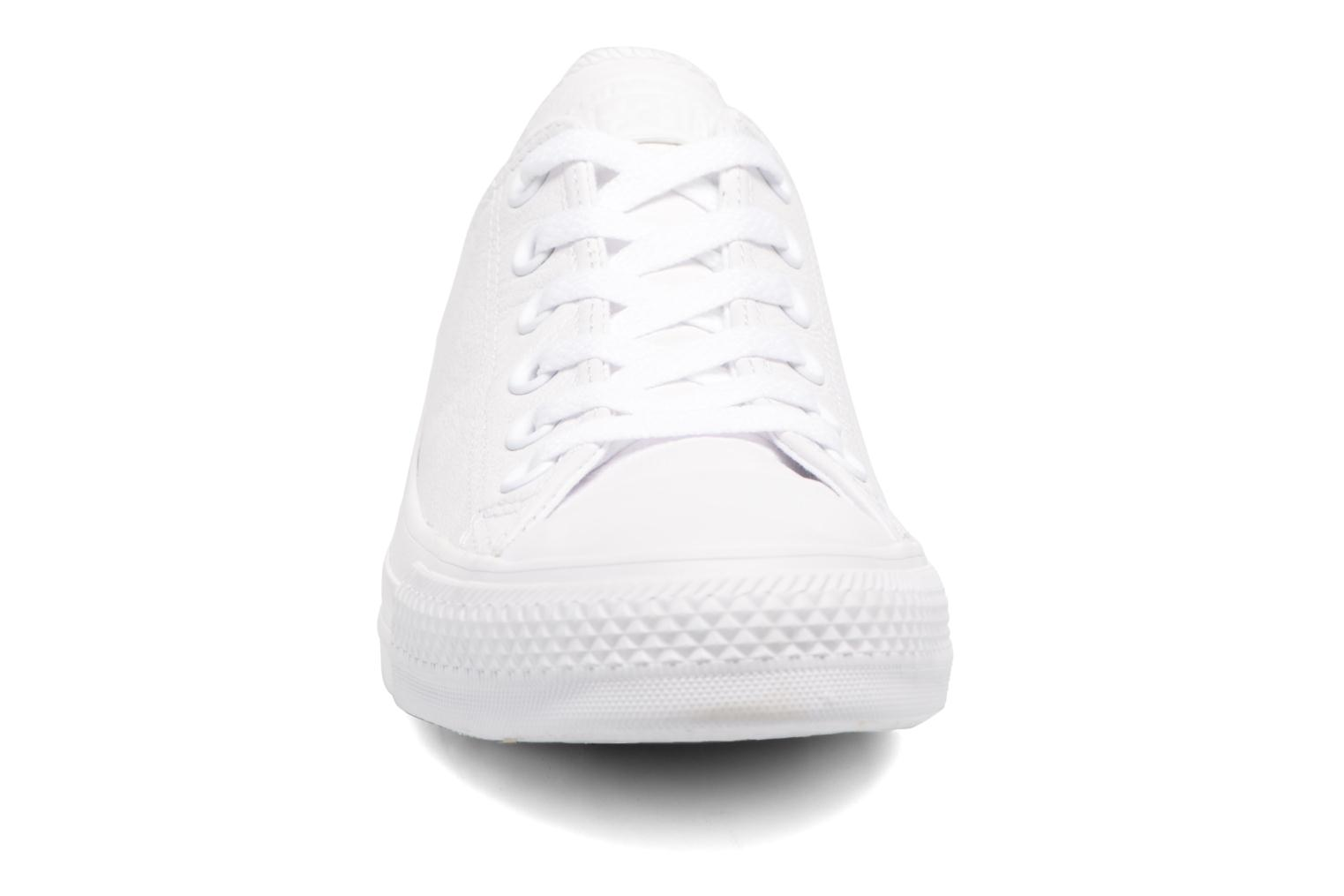 Baskets Converse Chuck Taylor All Star Monochrome Leather Ox W Blanc vue portées chaussures