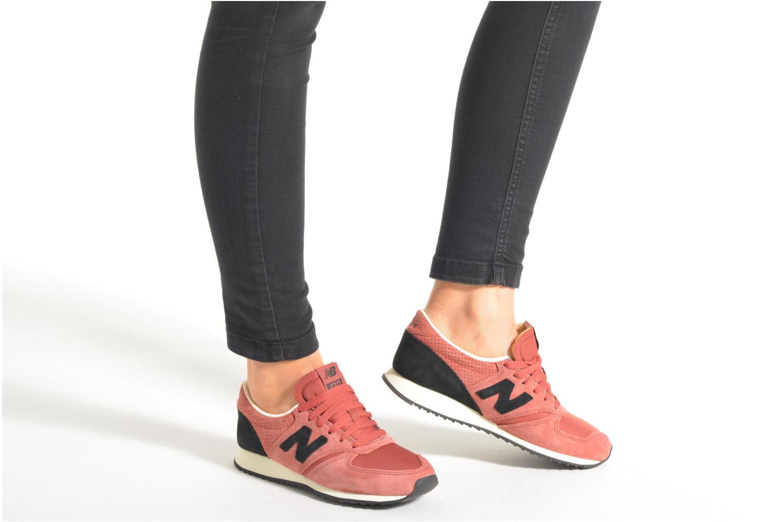 Sneaker New Balance U420 W weinrot ansicht von unten / tasche getragen