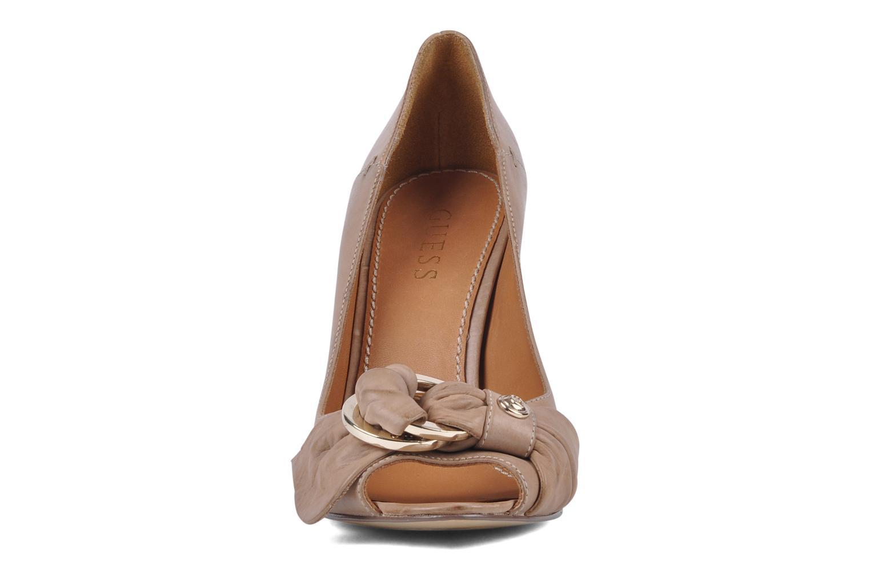Zapatos de tacón Guess Tress Beige vista del modelo