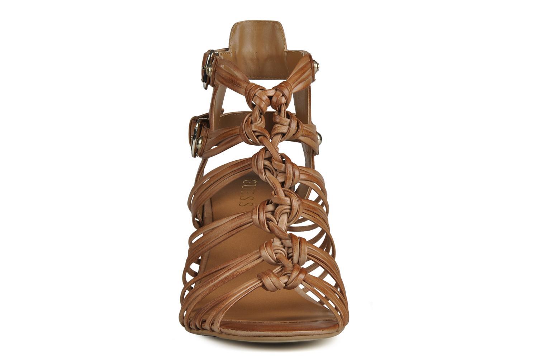Sandali e scarpe aperte Guess Oblated Marrone modello indossato