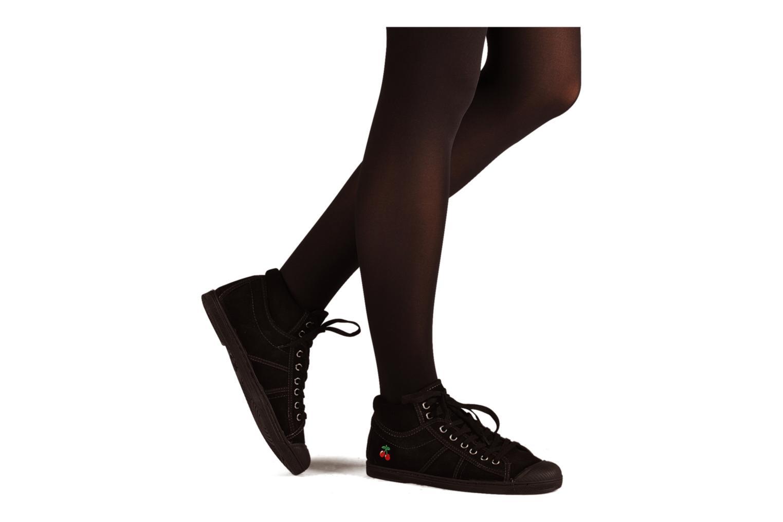 Sneaker Le temps des cerises Basic 03 schwarz ansicht von unten / tasche getragen