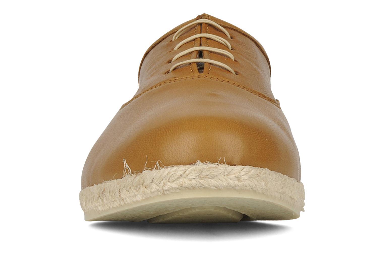 Zapatos con cordones Zespà Salhia Marrón vista del modelo