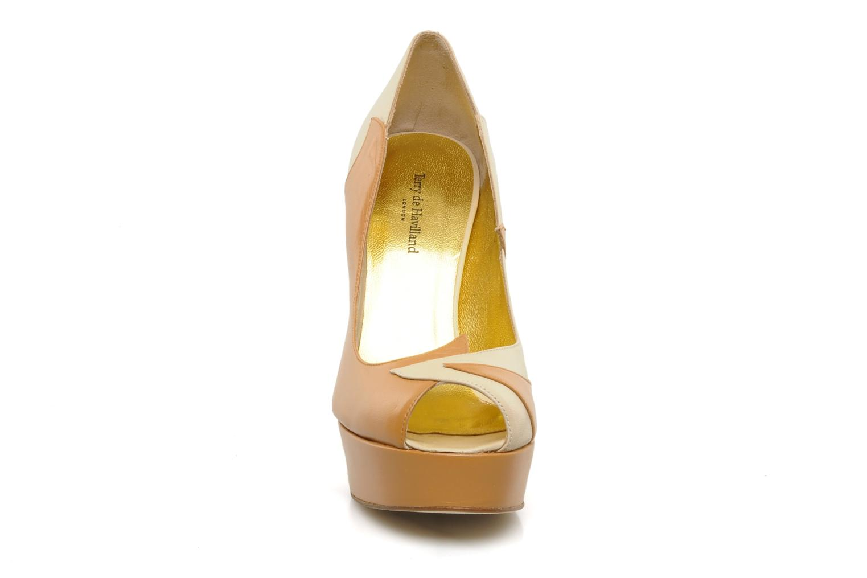 Zapatos de tacón Terry de Havilland Carina Beige vista del modelo