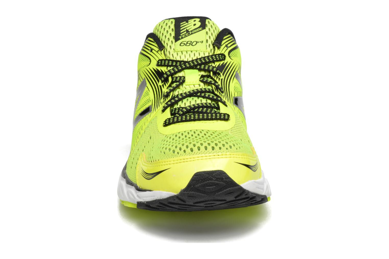 Chaussures de sport New Balance M680 Jaune vue portées chaussures