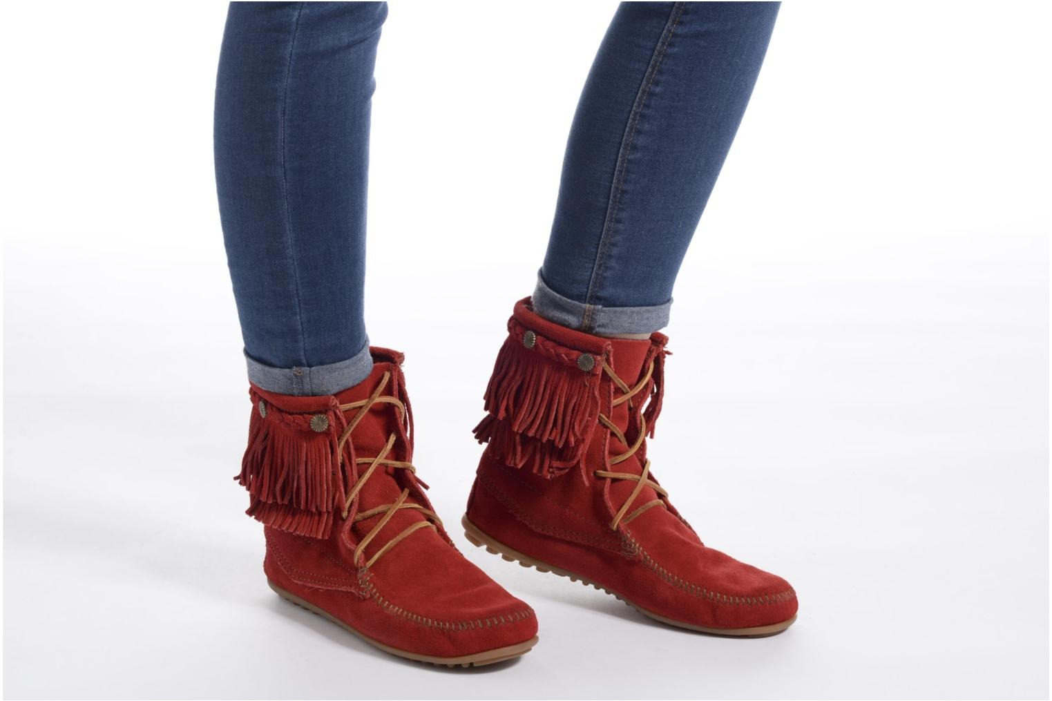 Ankle boots Minnetonka DOUBLE FRINGE TRAMPER Red view from underneath / model view