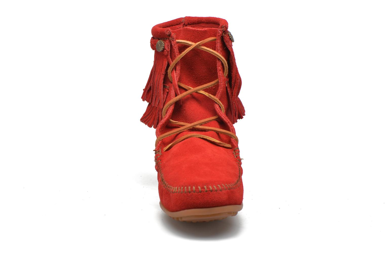 Stivaletti e tronchetti Minnetonka DOUBLE FRINGE TRAMPER Rosso modello indossato
