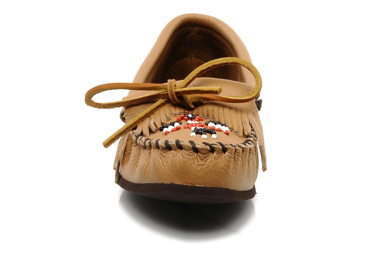 Mocassins Minnetonka DEERSKIN THUNDERBIRD Beige vue portées chaussures