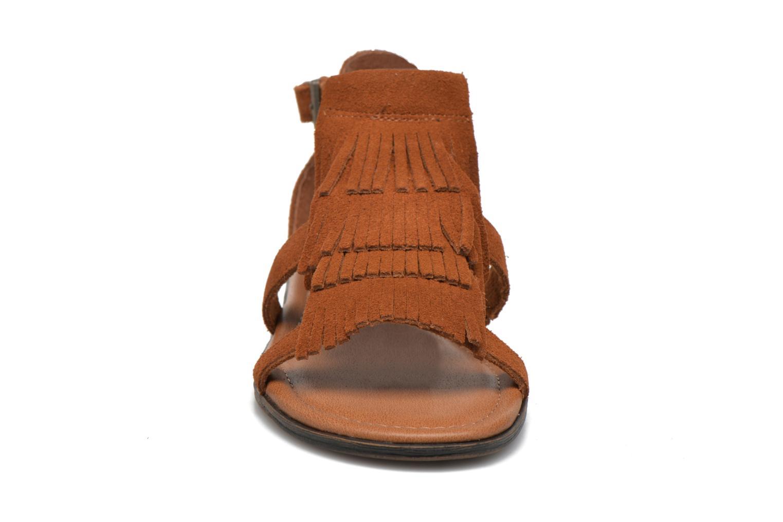 Sandali e scarpe aperte Minnetonka Maui Marrone modello indossato