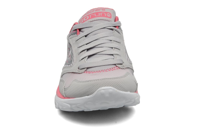 Sportssko Skechers Go run 13500 Grå se skoene på