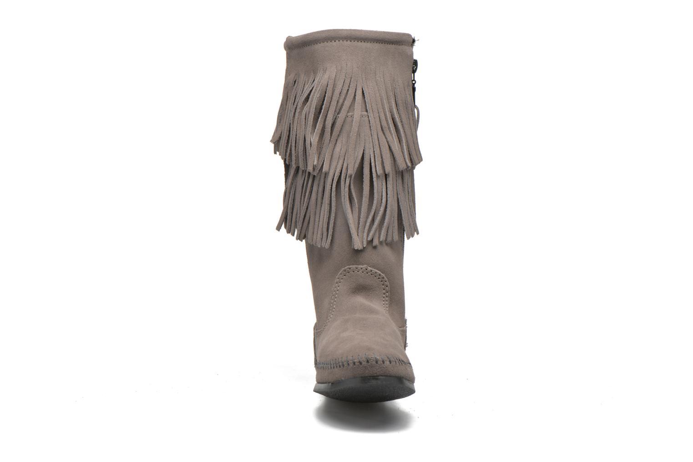 Bottines et boots Minnetonka CALF HI 2LAYER FRINGE Gris vue portées chaussures
