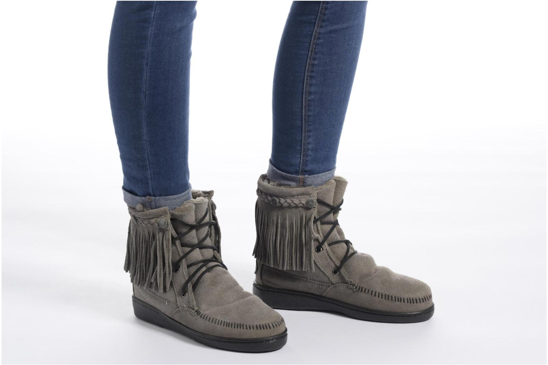 Bottines et boots Minnetonka SHEEPSKIN TRAMPER Gris vue bas / vue portée sac