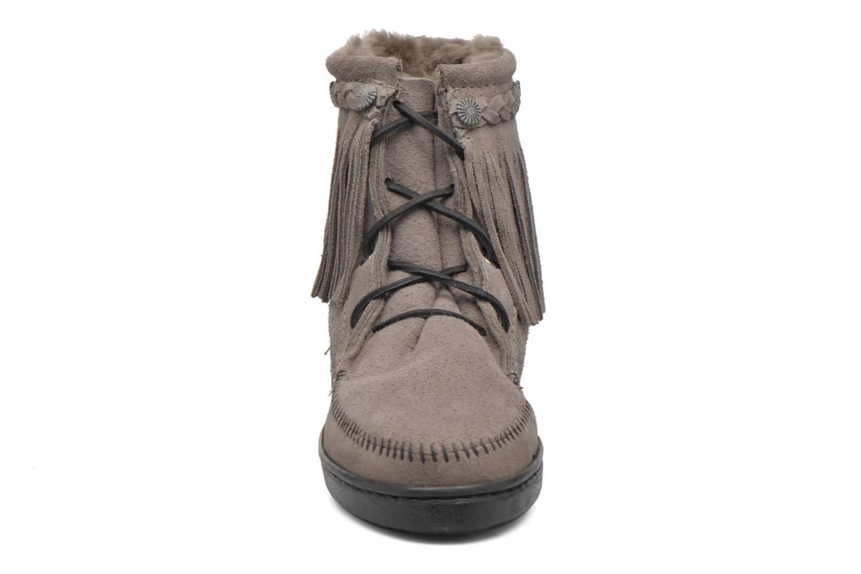 Bottines et boots Minnetonka SHEEPSKIN TRAMPER Gris vue portées chaussures