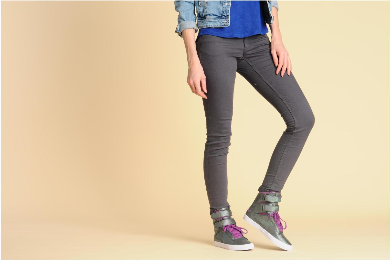 Sneaker Supra Society w lila ansicht von unten / tasche getragen