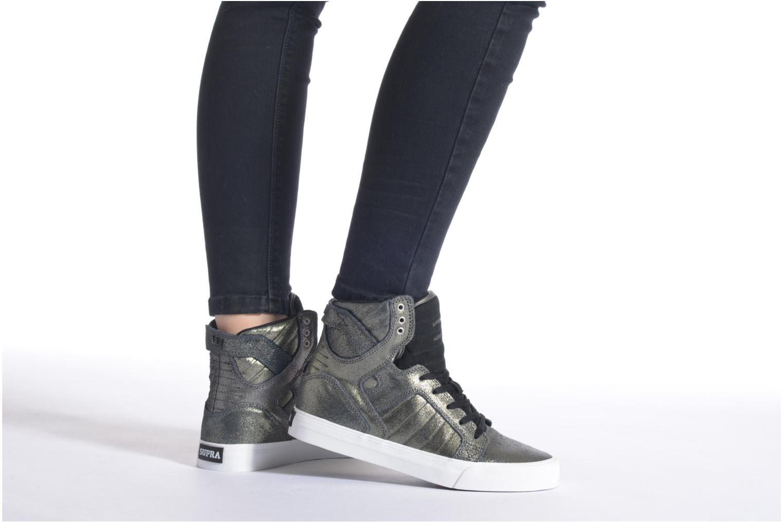 Sneaker Supra Skytop w schwarz ansicht von unten / tasche getragen