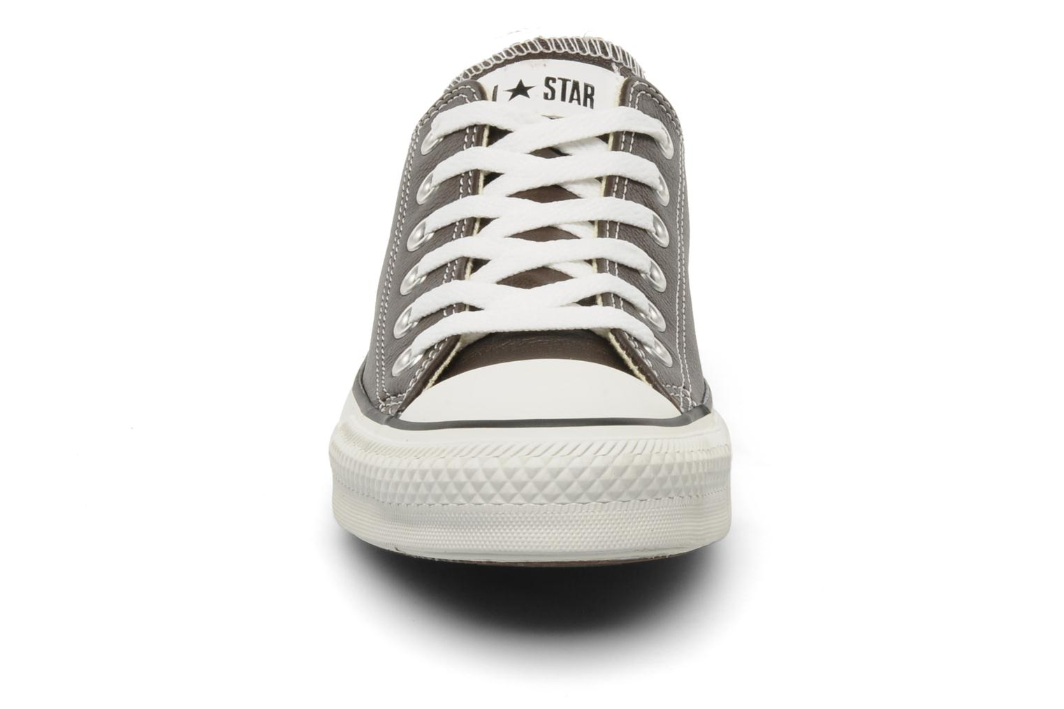 Baskets Converse Chuck Taylor All Star Leather Ox W Marron vue portées chaussures