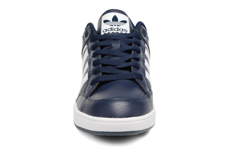 Sneakers Adidas Originals Varial Low Azzurro modello indossato