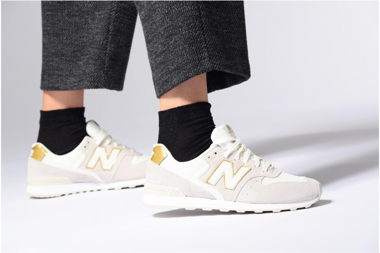 Sneaker New Balance WR996 beige ansicht von unten / tasche getragen