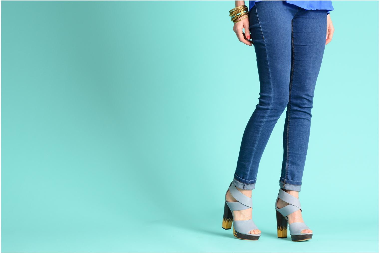 Sandalen Skin by Finsk LERMAPE blau ansicht von unten / tasche getragen