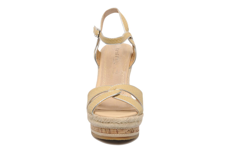 Sandalias Latinas Cloti Beige vista del modelo