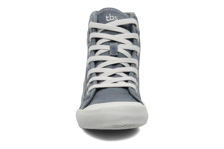 Sneakers TBS Obelia Grigio modello indossato
