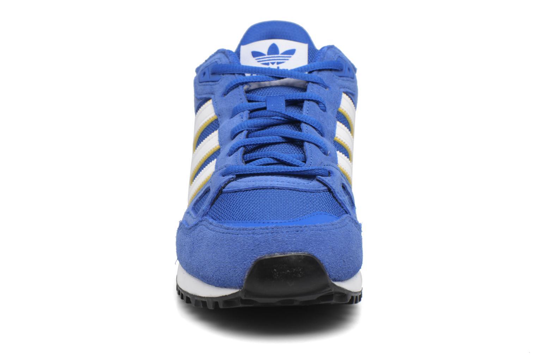 Baskets Adidas Originals Zx 750 Bleu vue portées chaussures