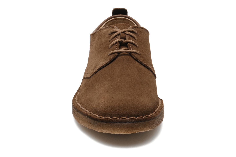 Scarpe con lacci Clarks Originals Desert London Marrone modello indossato