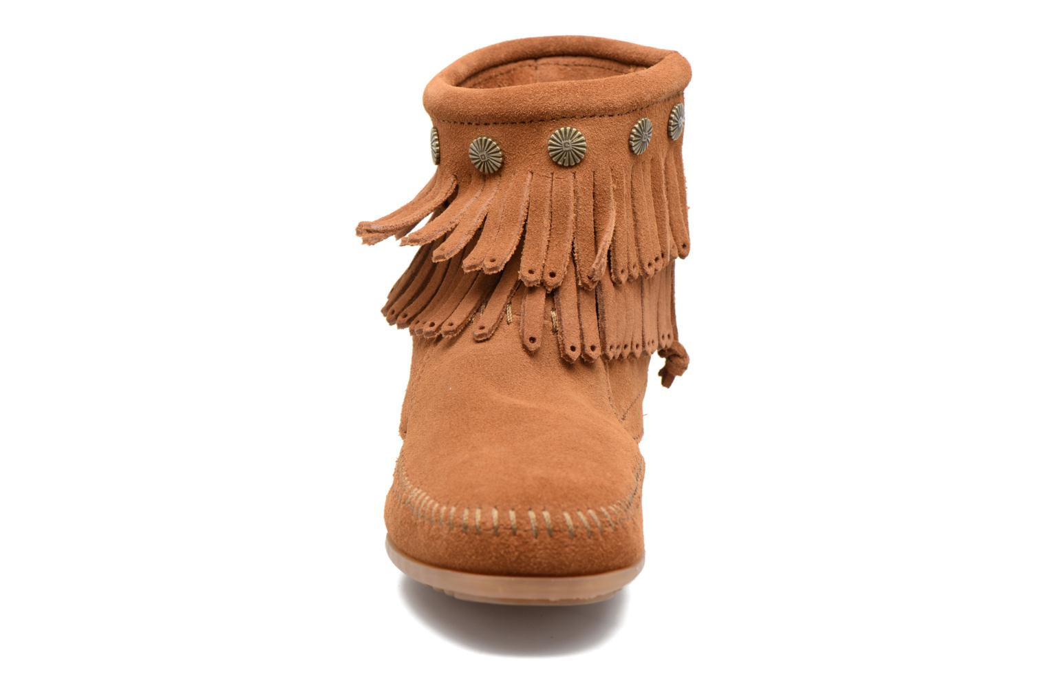 Stivaletti e tronchetti Minnetonka Double Fringe side zip boot Marrone modello indossato