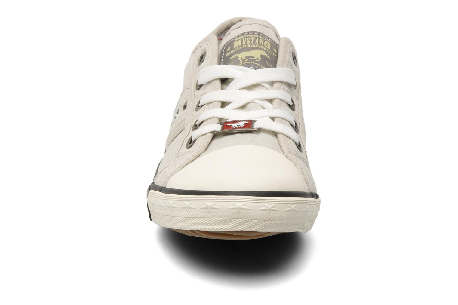 Baskets Mustang shoes Pitaya Beige vue portées chaussures