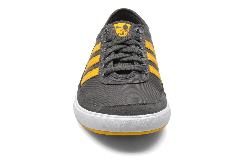 Baskets Adidas Originals Court Spin Gris vue portées chaussures