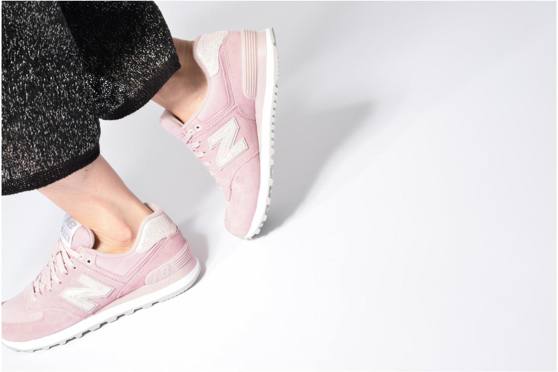 Sneaker New Balance WL574 lila ansicht von unten / tasche getragen