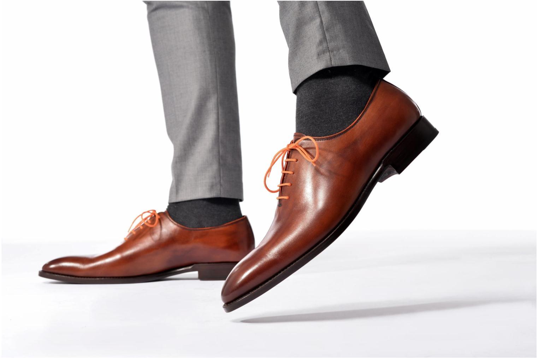 Chaussures à lacets Marvin&Co Luxe Wade Noir vue bas / vue portée sac
