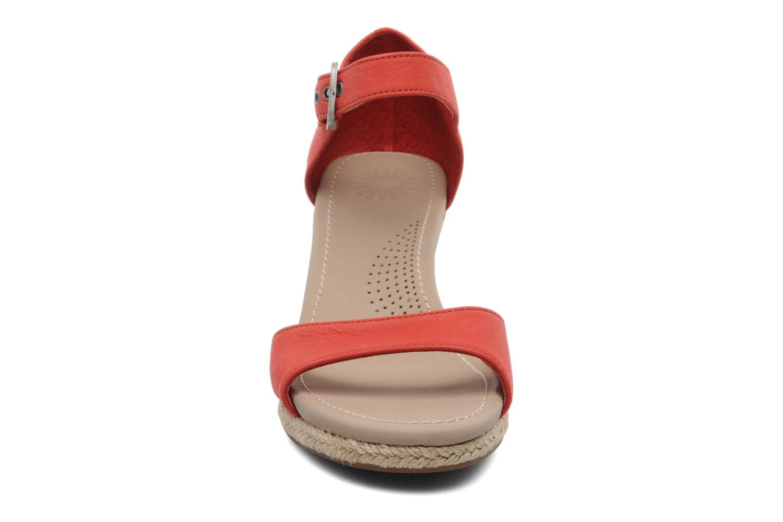 Sandalen UGG Atasha Stripe rot schuhe getragen