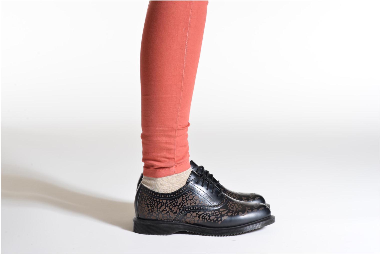 Schnürschuhe Dr. Martens Aila schwarz ansicht von unten / tasche getragen