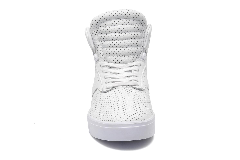 Baskets Supra Skytop IV Blanc vue portées chaussures