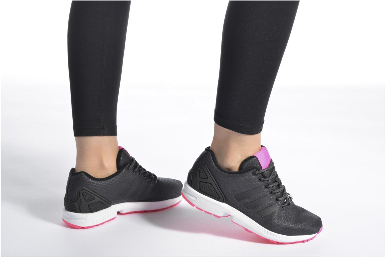Sneaker Adidas Originals Zx Flux W schwarz ansicht von unten / tasche getragen