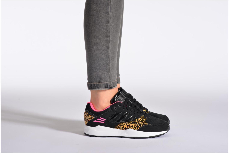 Sneaker Adidas Originals Tech Super W schwarz ansicht von unten / tasche getragen