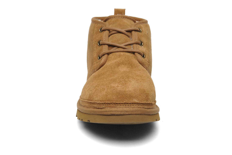 Scarpe con lacci UGG Neumel Marrone modello indossato