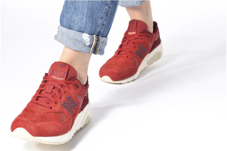 Sneaker New Balance WRT580 schwarz ansicht von unten / tasche getragen
