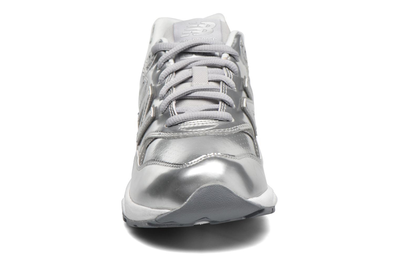 Baskets New Balance WRT580 Argent vue portées chaussures