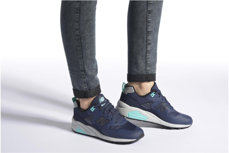 Sneaker New Balance MRT580 blau ansicht von unten / tasche getragen
