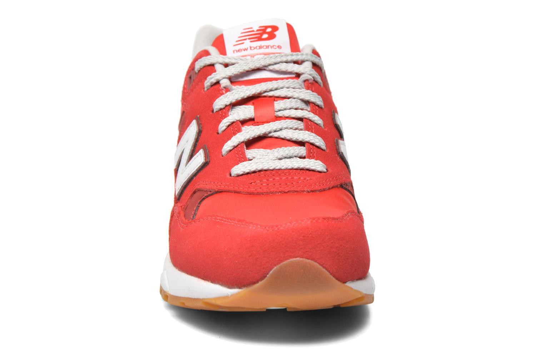 Baskets New Balance MRT580 Rouge vue portées chaussures