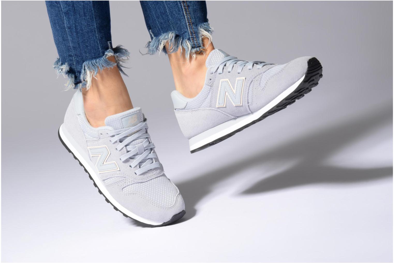 Sneaker New Balance WL373 weinrot ansicht von unten / tasche getragen