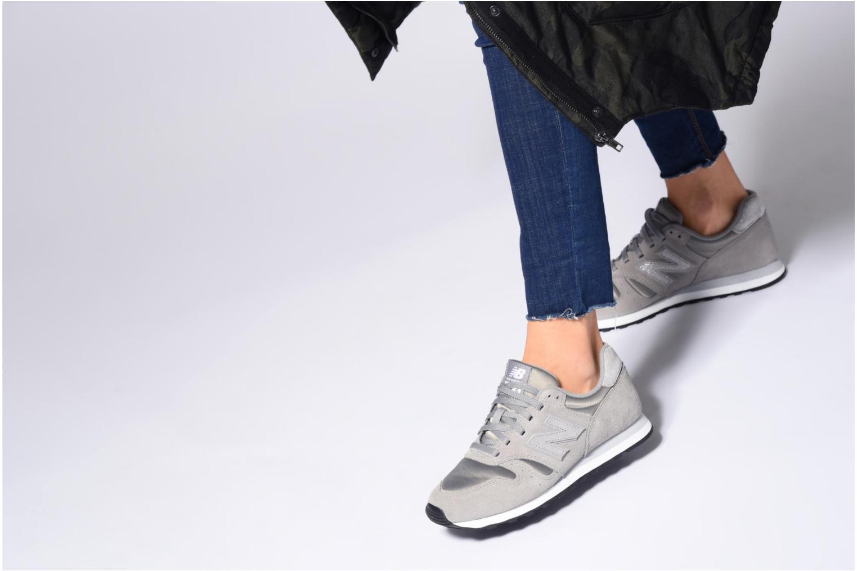 Sneaker New Balance WL373 schwarz ansicht von unten / tasche getragen