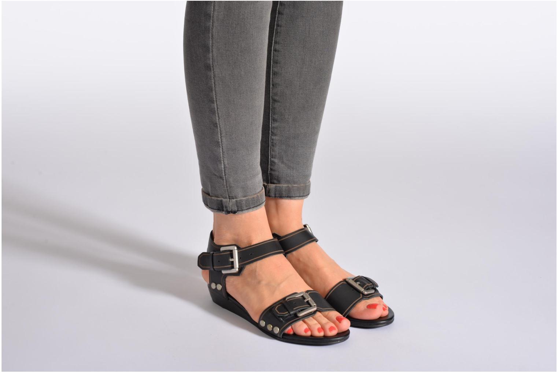 Sandalen SPM Olm schwarz ansicht von unten / tasche getragen