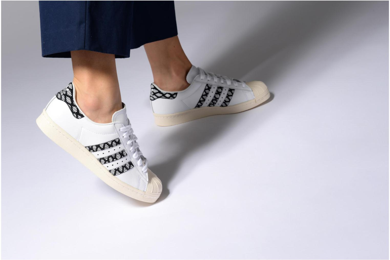 Baskets Adidas Originals Superstar 80S W Blanc vue bas / vue portée sac